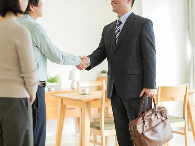 握手している男性たち